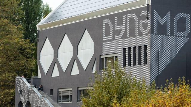 Ein Haus mit der Aufschrift Dynamo.