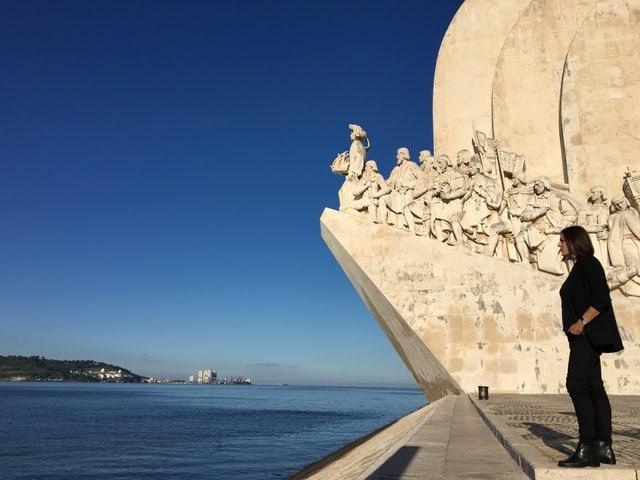 Reporterin Nina Mavis Brunner beim Seefahrerdenkmal in Lissabon.