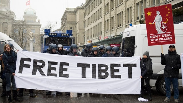 Var 400 Tibetans da l'exil han demonstrà oz a Berna.
