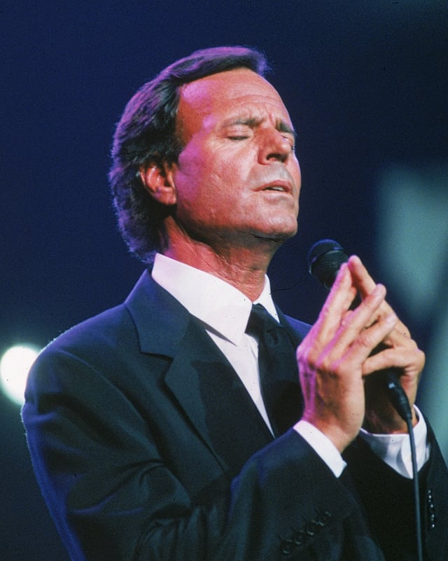 Julio zeigt Emotionen während Gesangsauftritt.