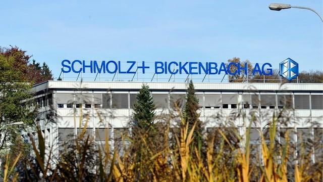 Gebäude mit Logo des Emmer Stahlunternehmens Schmolz und Bickenbach.
