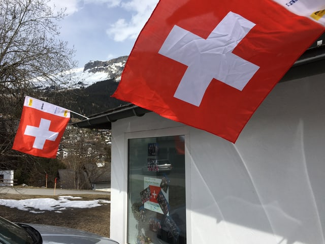 L'entrada da la chasa a Flem ornada cun bandieras svizras.