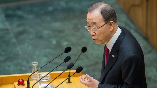 Ban Ki Moon steht vor Mikrophonen im UNO-Hauptquartier.