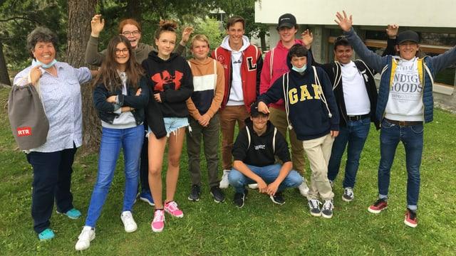 Scolaras e scolars da la 2. secundara da Samedan cun la magistra Karin Näf.