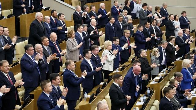 Duma-Abgeordnete klatschen