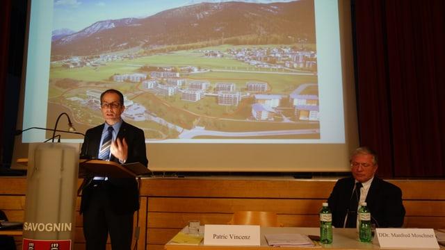 Il president communal da Savognin Patric Vincenz declera il project, da maun dretg Manfred Moschner, l'investur principal.