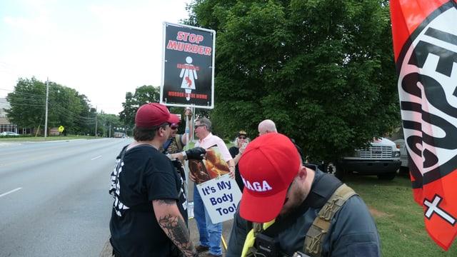 Protestierende vor der Klinik in Huntsville