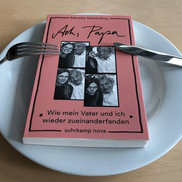 «Ach, Papa» von Mareike Nieberding liegt auf einem Teller.