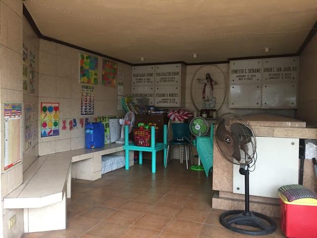 Die Kinderkrippe ist in einem Mausoleum eingerichtet, in dem ein Sarkophag steht und sich eine lange steinerne Bank an den Wänden entlagzieht.