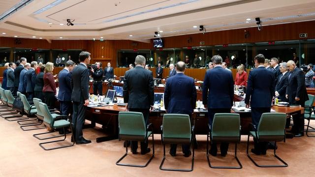 EU-Politiker an einem Tisch stehend.