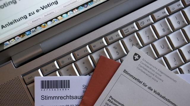Purtret da cedels da votar ed in computer.