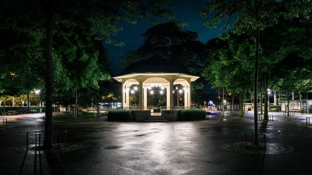 Der Bürkliplatz in der Zürcher Innenstadt ist in der Nacht nur spärlich beleuchtet.