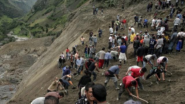 Unzählige Menschen suchen am Hang nach Opfern des Erdrutsches in Narino, Kolumbien. 2011