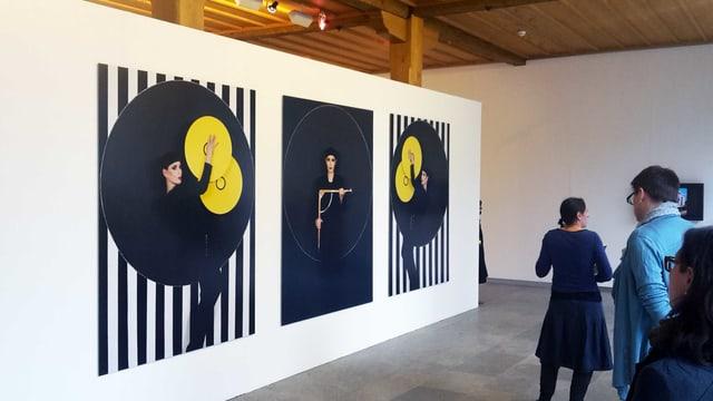 Ein Ausstellungsraum: Auf der Wand hängern Manon-Porträts.