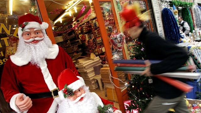 Ein Mann betritt ein Laden in Istanbul. Vor dem Laden steht ein künstlicher Weihnachtsmann.