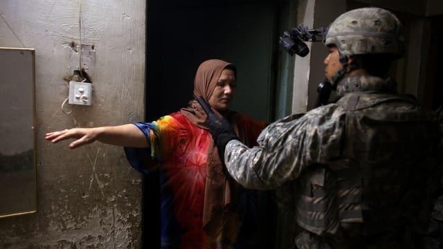 Soldat durchsucht eine Frau in Sadr-City.