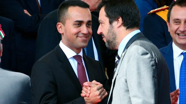 Di Maio und Salvini geben sich die Hand.