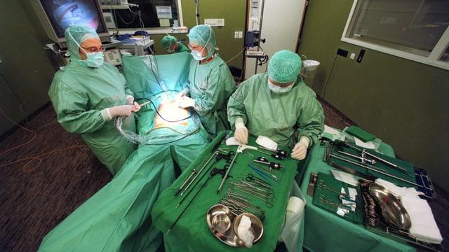 Operationssaal mit OP am Bauch