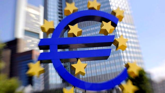 EZB-Logo im Hintergrund das Gebäude der Europäischen Zentralbank in Frankfurt