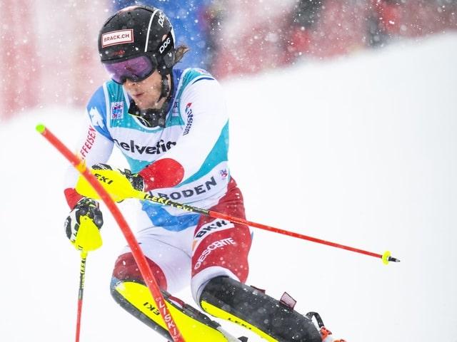 Sandro Simonet umkurvt im Schneetreiben eine Slalomstange.