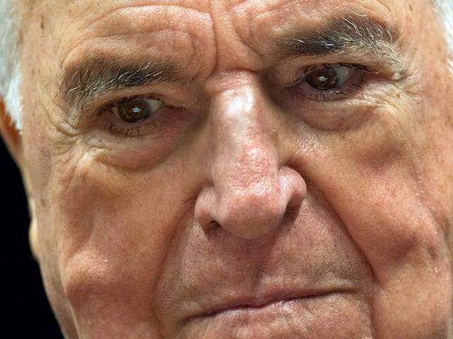 Ein sichtlich vom Alter gezeichneter Helmut Kohl blickt ernst auf den Boden.