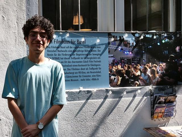 Saleh Kashefi steht vor dem Filmhaus