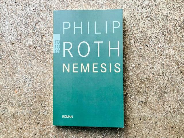 Der Roman «Nemesis» von Philip Roth liegt auf einem Zementboden