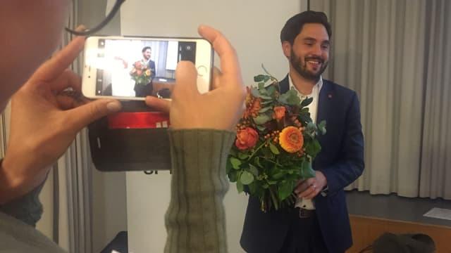 Cédric Wermuth mit einem Blumenstrauss