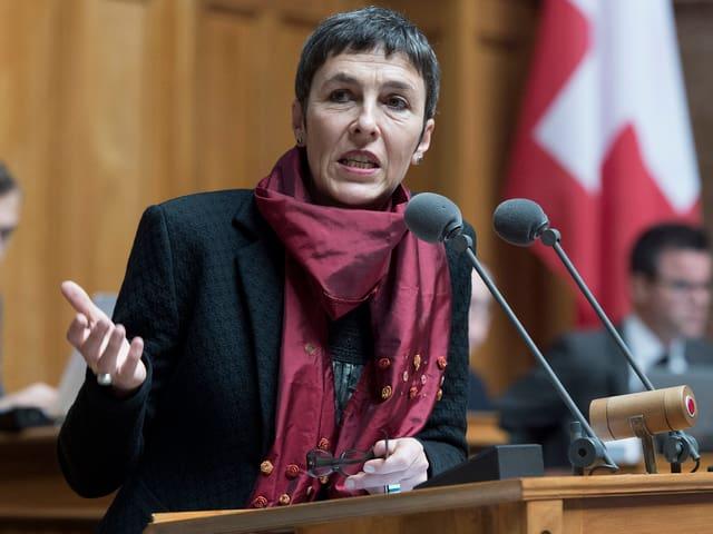 Barbara Gysi spricht am Rednerpult