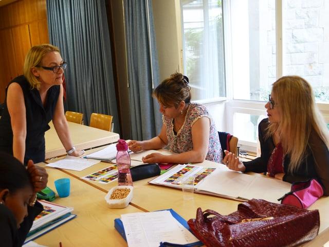 Kursleiterin Elsbeth Renggli mit Teilnehmerinnen