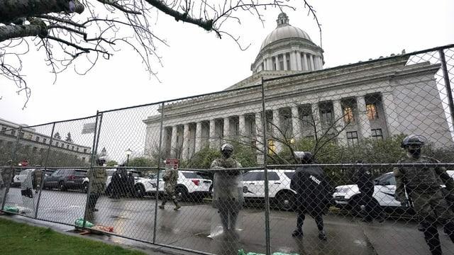 Guardias e saiv davant il Capitol.