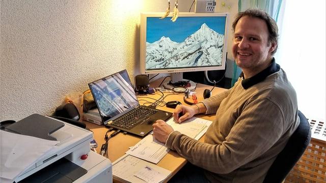Jürgen Wieder an seinem Arbeitsplatz im Home Office