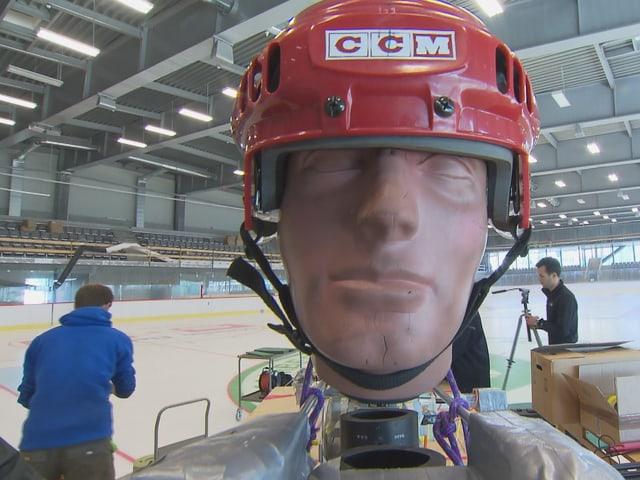 Dummy-Kopf mit Eishockey-Helm, der bei den Experimenten mit der neuen Eishockey-Bande zum Einsatz kam.en Eishockey-Bande zu überprüfen, kam ein Dummy-Kopf mit entsprechendem Helm zu m Einsatz.