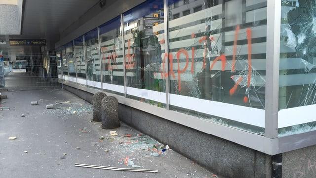 Scherben und Schäden nach den Ausschreitungen in Bern vom vergangenen Wochenende.