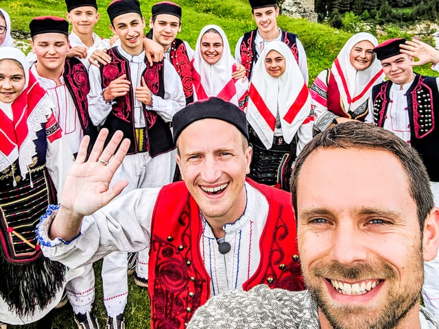 Tanzten selber mit: Manu und Büssi mit der Kulturgruppe in Glamoc, Bosnien.