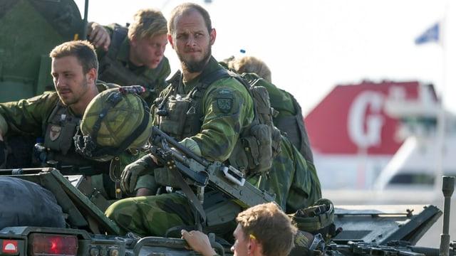 Schwedische Soldaten auf einem Fahrzeug.