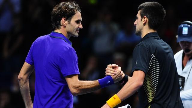 Roger Federer (links) und Novak Djokovic im Endspiel der ATP World Tour Finals in London 2012.