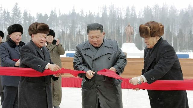 Der nordkoreanische Diktator durchschnitt bei der Einweihung der neuen Stadt ein rotes Band.