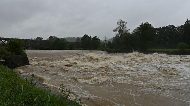 Wildes, braunes Wasser in der Thur, die Hochwasser führt.