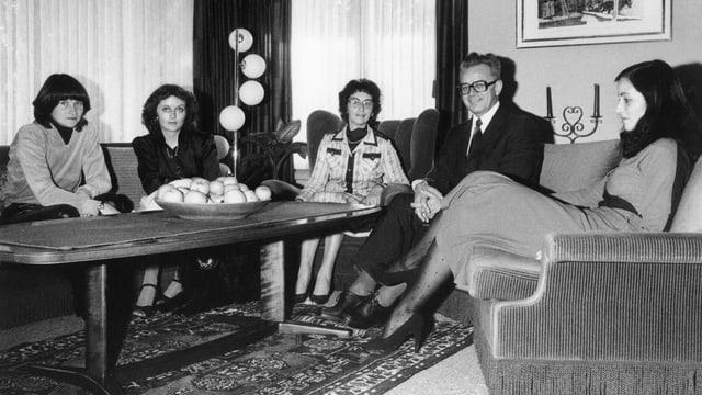 Familie Schlumpf sitzt im Wohnzimmer.