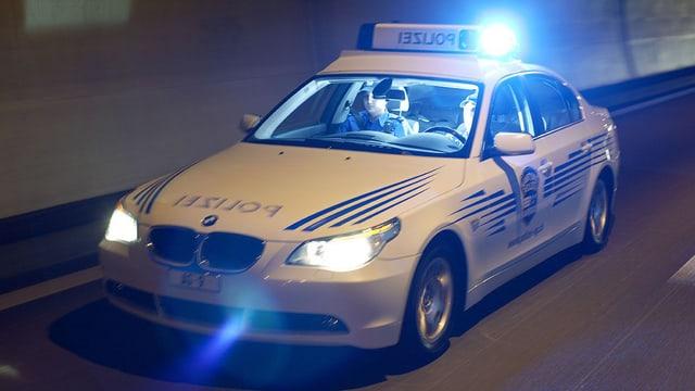 Polizeiaut der Kapo Aargau in voller Fahrt mit Blaulicht