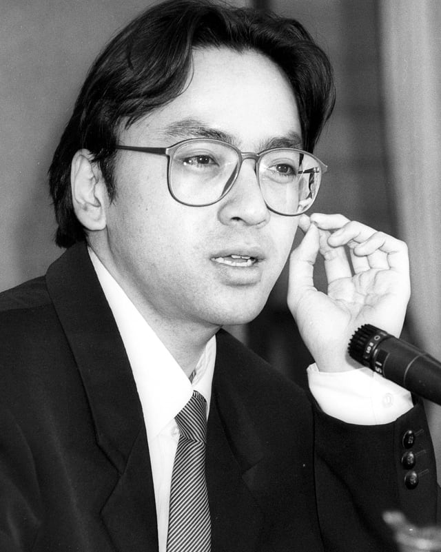 Ein schwarz-weiss-Porträt von Kazuo Ishiguro.