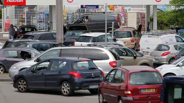 Eine franzöische Tankstelle, davor eine Vielzahl an Autos