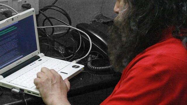 Notebook mit bärtigem Mann, Symbol für einen Programmierer, der seine Identität mit dem Bart schützt.
