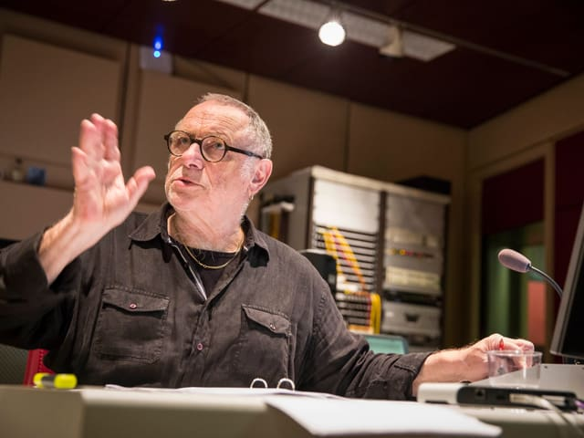 Der Hörspiel-Regisseur Buschi Luginbühl gibt Anweisungen vom Regieraum aus.