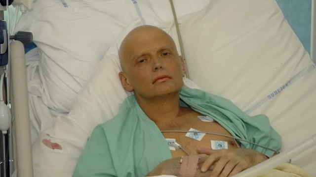 Litwinenko liegt im Spitalbett, ohne Haare und sehr kränklich.