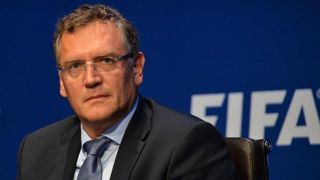 Jérôme Valcke sitzt auf dem Fifa-Podium.