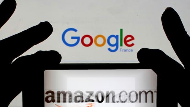 Hände halten ein Smartphone mit dem Amazon-Logo vor einen Bildschirm mit der Google-Suchseite.
