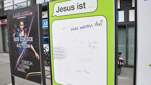 In placat cun scrit «Jesus ist....»