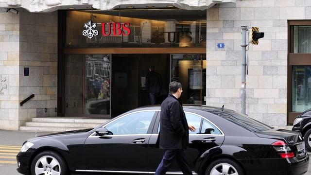 Eine Person steigt in eine Limousine vor der UBS-Filiale am Paradeplatz.